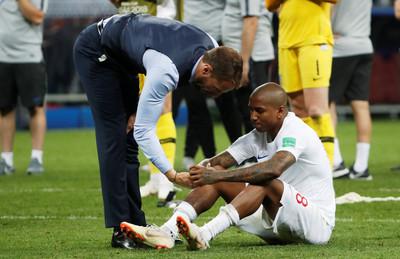 世足賽/苦等52年仍無緣決賽 英格蘭主帥擁抱心碎球員