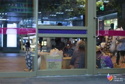 六旬獨居婦吃冷飯  上街伴無家者樂拾溫暖!人生百味石頭湯計畫發酵