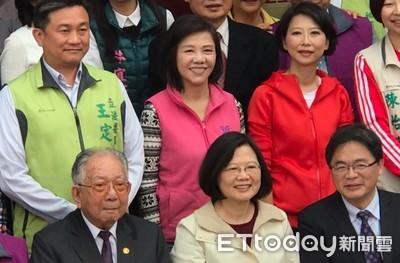 總統蔡英文13日南市頒獎參香  反年改進行「賞鷹」