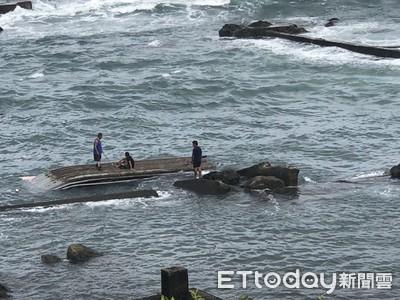 龜庵膠筏遭湧浪拍打翻覆 船長落海被救起送醫無大礙