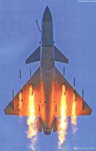 改行當攻擊機? 殲-10C「暴雨梨花式」射火箭彈