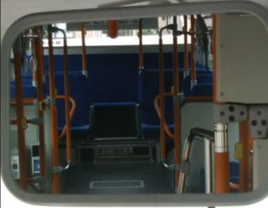 穿裙子腳併攏!公車司機勸世:一抬頭連妳內褲花色都看得超清楚