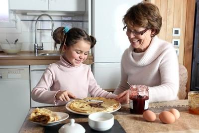 訓練孩子自行吃飯 鄰居阿婆一進門「端起碗追著餵」 ... 媽制止遭嗆:寵小孩