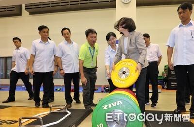 蔡英文舉15公斤槓片 幫亞運選手打氣致詞卻失聲