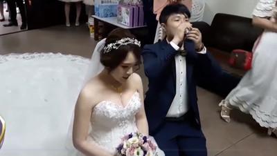 「最萌新郎」領新娘跪地奉茶…一口氣仰頭乾了!全場驚呆秒爆笑