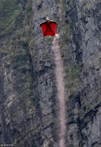 330樓往下跳!玩命「人體射箭」 選手用身體射擊空中箭靶