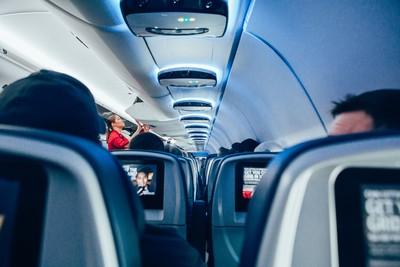 一拒關機、一怒摔 空姐神回「我的工作」航班折返乘客大讚