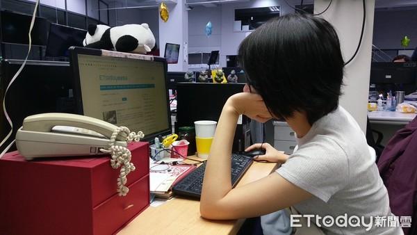 ▲▼辦公室,撐頭,看電腦,上班族,無聊。(圖/記者彭懷玉拍攝)
