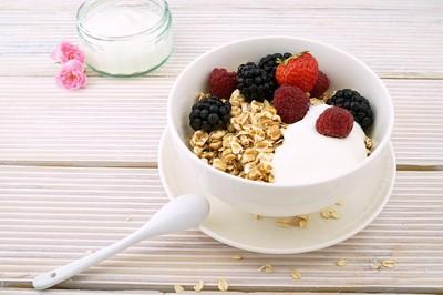 大腸癌年輕化!專家曝多吃優格「降26%風險」...挑無糖、含膳食纖維最好
