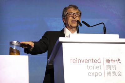 比爾蓋茲手握糞便罐掀「重塑廁所大挑戰」 催生60億美元市場