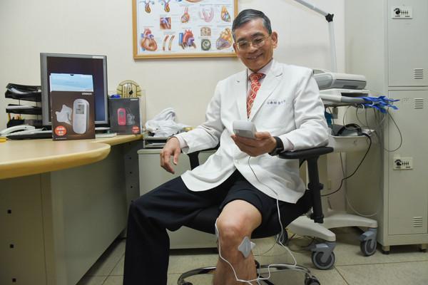 ▲�欧姆龙低周波治疗器,简文仁治疗师访问。(图/记者林敬�F摄)