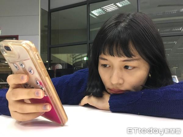 滑手機,無聊,厭世。(圖/記者李佳蓉攝)