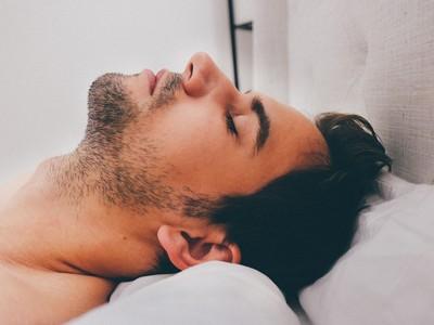 「睡再久」一樣沒精神!睡眠呼吸中止症狂打呼...害枕邊人失眠