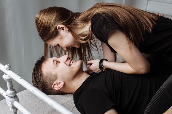 ▲情侶,情侶裝,黑衣,夫妻,甜蜜,曖昧。(圖/取自免費圖庫PEXELS)