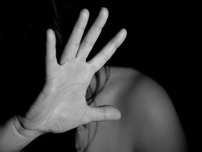 「可以看一下妳的學號嗎?」制服控噁男對女國中生揉胸 還強迫對方牽手
