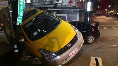 鶯歌小黃車禍遭轎車鏟起撞電桿 4人送醫2昏迷