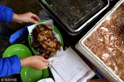 越南冬季夯吃「冬蟲餅」 內餡包滿「蠕動蟲蟲」咬下大噴汁