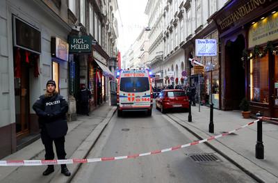 快訊/2人中彈!維也納知名餐廳外驚爆槍擊 警方追捕槍手中