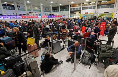 英國無人機之亂! 機場遭大鬧32小時、800航班取消...