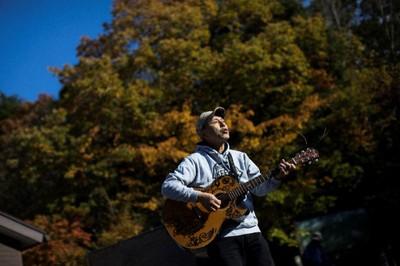 他在「自殺森林」彈約翰藍儂曲 8年來救回許多輕生靈魂