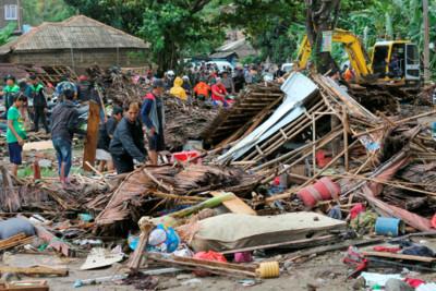 影/一開始說是滿月潮汐 印尼海嘯捲來奪走百命才道歉