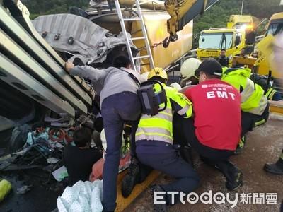 國道龍井路段飼料車追撞「車頭撞扁」 駕駛無生命跡象