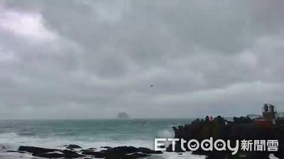 快訊/浪高2米多仍下水 女泳客被捲出基隆外木山
