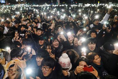 快訊/南韓LED煙火秀嗨翻江南 33鐘聲敲響2019喜迎黃金豬年