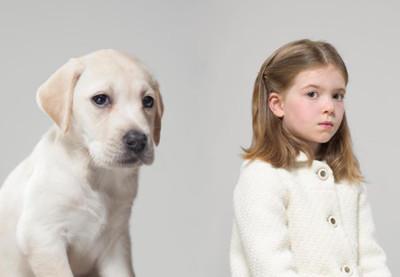 你跟你的狗狗像嗎?小女孩的無辜大眼簡直和她養的「拉不拉多」一模一樣!