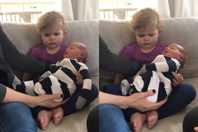 有弟弟了!爸媽被搶走 厭世女童僵抱新生兒「眉頭深鎖+狂嘟嘴」