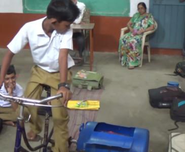 9歲印度小弟「靠一台腳踏車」改變生活 自製滾筒洗衣機!