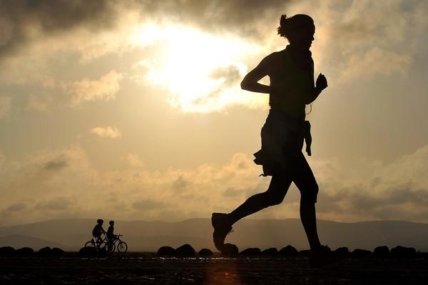▲節食加上慢跑讓你越跑越胖還老化? 有氧運動也有黑暗面。(圖/Pixabay)