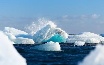 雪白冰山翻身直擊「水下夢幻湛藍冰底曝光」 攝影師喊:太幸運