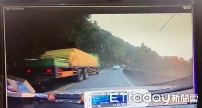 大貨車山路「逆向+超車」險擦撞 網怒:別人的命就不是命?