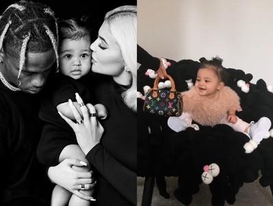 凱莉珍娜女兒不到1歲拎LV包 霸氣坐77萬元「絨毛娃娃」椅
