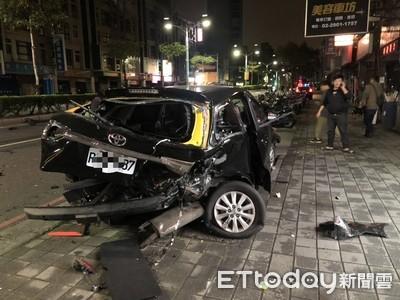 快訊/新莊賓士疑超速追尾撞UBER 幸運駕駛僅輕傷