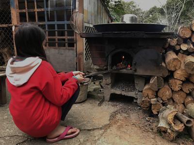 小五女童寒冬燒柴煮水洗澡 新年願望:全家一起吃飯就好