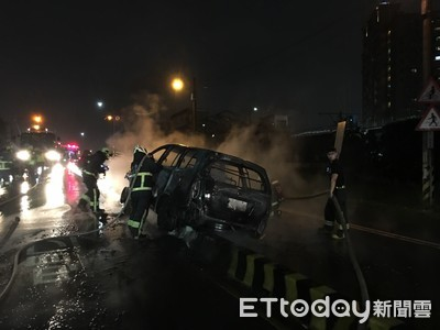 快訊/新月橋旁「自撞火燒車」!整輛燒毀竄黑煙 駕駛送醫
