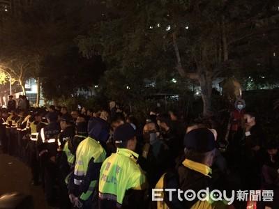 快訊/虐嬰3嫌「凌晨羈押」!400人包圍南檢 警築人牆戒備