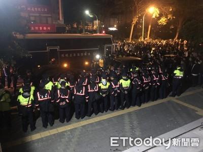 「出來就乎死」500人夜圍南檢 3虐嬰嫌走密道!警:正義哥辛苦了