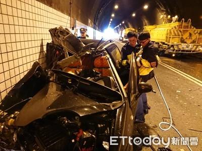蘭陽隧道自小客與灑水車相撞車頭全爛 駕駛命危搶救中
