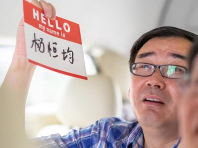"""每天戴上手銬!澳大利亞作家""""日益孤立""""中國:不能接受"""
