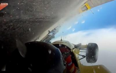 F1賽車被撞失控!翻轉360度 車手「頭觸地」摩擦滑行數公尺