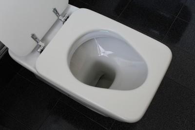 嫌馬桶髒!他用4張衛生紙自製「井字防護」...引網友共鳴:+1