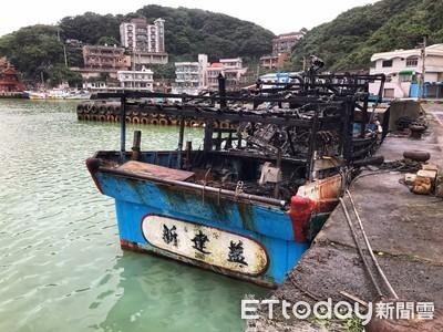 金山磺港半夜35噸級漁船竄惡火 百萬漁船付之一炬