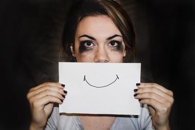 看起來開朗,內心卻無法快樂 4種「微笑憂鬱症」徵兆你也有嗎?