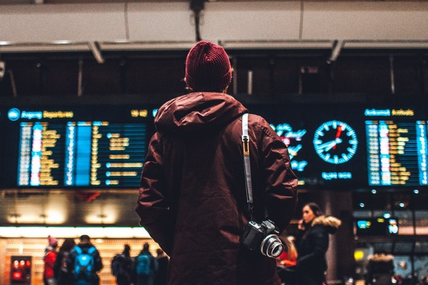 "▲""person looking up to the flight schedules"" (圖/Erik Odiin on Unsplash)"