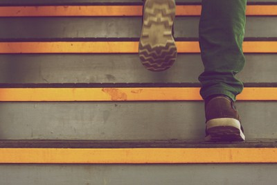 髖關節發炎 5 大警訊 爬樓梯會痛、變長短腳當心了!