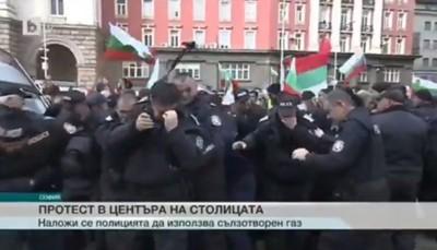 保加利亞警噴胡椒驅趕抗議者 下秒風吹過 ... 整排同事摀臉崩潰