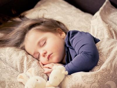 寶貝睡不好愛哭鬧!醫揭「問題恐在床」...7招安穩秒入眠